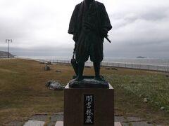 間宮林蔵の像。  日本から樺太に渡って樺太が島であることを発見した探検家。  間宮海峡は、この林蔵氏の姓が由来。