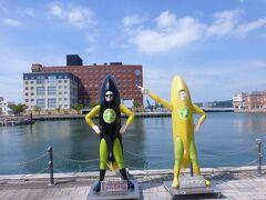 バナナマンのほぼ等身大の像が海峡を背に。なぜそこにあるかわわかりませんでしたが。