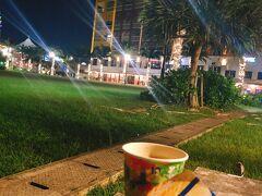 途中、楽しすぎて写真撮るのを忘れた^^; ○○コラボというお店でご飯たべて、その後はいい気分でアメリカンビレッジをお散歩。広場でアイス&コーヒー  沖縄旅行2日目の夜は大満足で更けていった・・・。 沖縄サイコー!  3日目からのシュノーケルがまた最高で、ほんとは教えたくないけど、続き(その2)を読んでね!