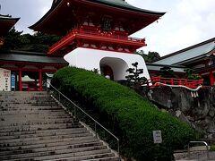 鮮やかな竜宮造りの水天門。