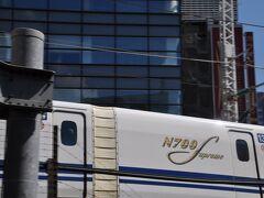 新橋駅で上野東京ラインに乗り換えます。  東海道線ホームのすぐ横には東海道新幹線が走っています。  ちょうど東京駅出発直後のN700Sが走っていきました。