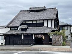 この日は名物焼きまんじゅうを買いに出かけていきました。 原嶋屋総本家。 道路の拡張に合わせて曳家で移動した建物です。
