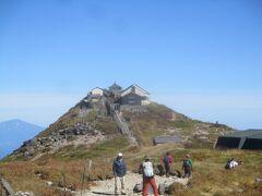< 月山 >山頂。 皆さん月山神社をバックに記念撮影しています。