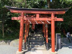こちらは丸山稲荷社。。 鶴岡八幡宮がこちらへ移築される以前から祀られていたのですって。。 ここの土地の地神様ね。