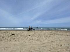 こちらでは海岸を自転車で走ったり、波が引いた水に自分の姿が映った写真を撮る方法をガイドの方にレクチャーいただいたりしました。