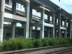 AM11時16分。JR小倉駅にて乗り換え。  窓から見える高架は新幹線かな。