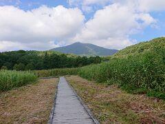 ボードウォークを渡っていきます。 飯綱山が見えます。 近いうちに登りたいけど、結構大変そうだなぁ。