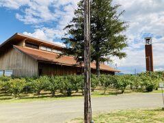 その葡萄畑の中にあるカンパーナ六花亭。 ここで採れる葡萄を使ったお菓子も。 喫茶室もあります。