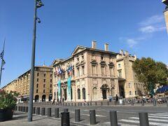マルセイユ市庁舎。歴史的建造物の指定を受けていますが、今も市長が使っていて、誰でも自由に入れるとのことでしたが、それほどここに時間をかける気はなかったので、外から眺めるだけ。