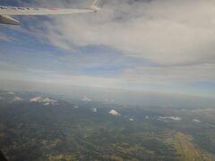 飛行機の窓から見える「岩木山」。