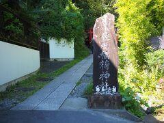 11:05 もっとも、cafe gulaの前を通り下って行くと佐助稲荷神社にショートカットできたのにはちょっと驚いた。