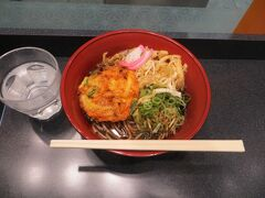13:05 天ぷらそば。かき揚げと細切りの油揚げが入っています。