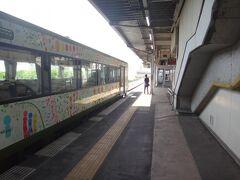 ここで新幹線接続のため、12分停車。 車内は回送列車の如く空いている。