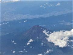 富士山の見える席なので、くっきり富士山が眺められました。 2歳のキッズが飛行機に乗ったのは、0歳の時のベトナムとハワイだけ、その後コロナで、、飛行機という乗り物を理解して乗ったのは初めて。「空だ、山だ」と興奮。