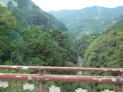 三峯神社行きのバスの車窓。 山深くなってきました。