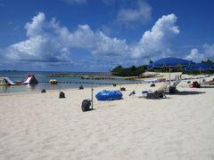 沖縄そば浜屋から残波ビーチへ向かいます。 ここはロイヤルホテル沖縄残波岬のプライベートビーチですが 宿泊者以外も自由に入れます。
