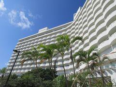 今日の宿泊はロイヤルホテル沖縄残波岬。 海側から。