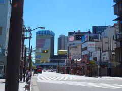 今日は、気持ちいいぐらいの夏の青空。 さァ出発だヨ!!  9時16分発、 都営浅草線エアポート快特(羽田空港行)で新橋駅へ。