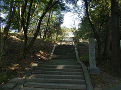 阪神高速湾岸線を南下し泉南ICから下道を走り、最初の訪問地の根来寺には9時前に到着。朝のひんやりした空気に覆われた境内を歩き出します。