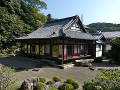紀州徳川家の別邸として使われていた名草御殿の佇まい。 縁側から名勝庭園を眺めつつ、久しぶりの旅気分を満喫。