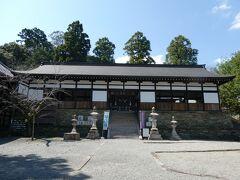 一段高い所に拝殿があり、その向こうに本殿が鎮座しています。