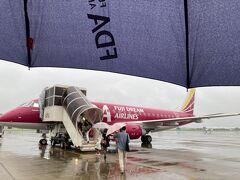 58 JAL4403 小牧→福岡 E175 14号機 FDA搭乗で初めて傘を使いました。 FDAの傘も機体と同じくカラフルでした。