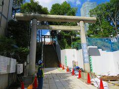 その工事の柵の間に挟まれた八幡神社があった。