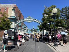 千葉県浦安市舞浜『東京ディズニーシー(TDS)』 アメリカンウォーターフロント  アトラクション【トイ・ストーリー・マニア!】の写真。  ゲート外の方まで行列が伸びています。 ファストパスはなくなったので、スタンバイパスを 持っている人の列かな?2列あるようにも見えます。 もしかしたら、スタンバイ・エントランスもあるのかなぁ?(12:52)  <スタンバイパス対象> トラムに乗って、ウッディやバズたちと一緒にシューティングゲーム を楽しもう!  ウッディが広げた大きな口から中へ進むと、いつのまにか おもちゃの大きさになっちゃった?! アンディのベッドの下で、おもちゃの世界のシューティングゲームを 楽しもう!