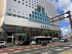 まだホテルのチェックイン時間まであるから サイクリングしましょ。 離島への船が出てるフェリーターミナルとまりん