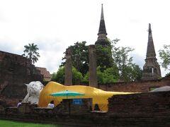 ワットヤイチャイモンコンのメインの寝釈迦仏と仏塔