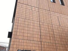 2017年(平成29年)に建て替えられ、3代目がグランドオープンした「日本青年館ホール」と「日本青年館ホテル」です。 綺麗になりました! 以前ここの古いホールでTOEICの試験を受けたことがありますが、換気が悪く気分が悪くなった記憶があります・・・。