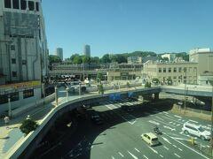 バスの窓から見える「上野駅」。
