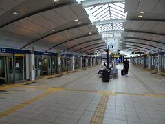 新橋駅に着いたら、ゆりかもめに乗リ換えるヨ。  13時10分発、ゆりかもめ(豊洲行)でお台場海浜公園駅へ。