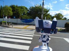 会場No.⑯ 潮風公園 競技:ビーチバレーボール ウォーターフロントの象徴であるレインボーブリッジを背景に、 東京湾の美しい景色を眺めることができる公園です。 大会時には仮設で競技会場が整備されます。 https://olympics.com/tokyo-2020/ja/venues/shiokaze-park  ミライトワ 「やはり、ダメ…です…。 ぐふッ!!」 吟 「ミライトワ君!?  ねぇ、これは、よもやよもや、…なのかしら。」  https://olympics.com/tokyo-2020/ja/sports/beach-volleyball/  ミライトワ 「ここでは、オリンピックのために仮設の競技会場を設け、  ビーチバレーの競技が行われました。」 吟 「お台場でビーチバレー…いいなぁ。でもプロスポーツともなれば、  その迫力、観客席から伝わってくる熱気…!  生で見られれば一生モノの、思い出になるはずだったものね。  自国開催のオリンピックなんて、多分もう二度とないから。」