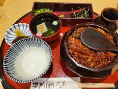 約1年ぶりに名古屋に行くということで、 何食べようかと考えたけどやっぱりひつまぶしに行っちゃいました。 日曜日、11時オープンで10時半頃受付に行ったので 1巡目で入店できました。  ひつまぶし@3,990円