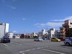 修善寺に入る前に三島でランチ  三島駅横の駐車場を利用した。  快晴の空は広くて清々しい