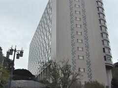 ●ザ・プリンスさくらタワー東京  跨線橋を渡り、高輪方向へものの数分も歩くと、今日宿泊する「ザ・プリンスさくらタワー東京」が見えてきました。 ここ高輪には、他にも「グランドプリンスホテル高輪」と「グランドプリンスホテル新高輪」があり、どこにしようか迷ったのですが、せっかくの機会なので、「ザ・プリンス」の名を冠するこちらにしてみました。  ※2021年9月26日現在、「グランドプリンスホテル高輪」の営業を他ホテルに集約中のため、宿泊は受け付けていません。