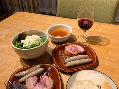購入したもので夕食です 片山肉店のソーセージ、ツルヤのサラダとスープ、ジュース ちしゃぱんの豆乳パン どれも美味しく大満足な夕食でした