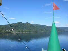 だんだん近づいてきました。波がなくて船は揺れません。穏やか日です。