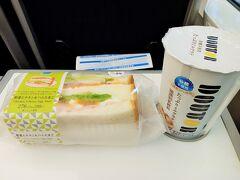 上野駅からスカイライナーで成田空港まで移動です。今回、大阪までの移動はピーチを利用しました。