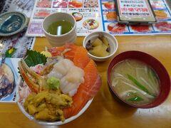 新千歳空港からJRで小樽駅に移動し、バスの待ち時間に駅前の三角市場で昼食。お好きなネタ4品の「わがまま丼」を頂きました。