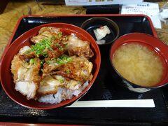 小樽駅近くのお店で夕食。ザンギ丼を頂きました。