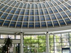 おまけ 【シュヴァルツヴァルトで体験できること その4 バーデンバーデンの温泉】 今年の世界遺産登録員会で(欧州の温泉グループの1つとして)正式に世界文化遺産に登録されました♪   (説明)ヨーロッパの大温泉保養都市群は、ヨーロッパの7か国の11の温泉都市からなる、国境を越えた世界遺産である。これらの町は天然鉱泉を中心に開発され、18世紀初頭から1930年代にかけて栄えた。(ウィッキペディアより)  バーデンバーデンではローマのカラカラ帝も入ったことがある由緒正しい?!温泉を体験することができます。水着を着てのヨーロッパの温泉体験ーまたとない貴重な体験になるのでは。    黒い森には標準ドイツ語以外なら何でもある。 ー新鮮な空気をたくさん吸い込みながら様々なレジャーが楽しめる地域です。  最後までお付き合いいただきありがとうございました。  (写真 バーデンバーデン カラカラ浴場 2015年撮影)