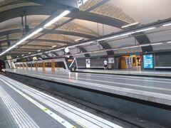 カタルーニャ広場はバルセロナの街の中心なので広場の地下には大きな地下鉄の駅があり色々な路線が乗り入れていました。