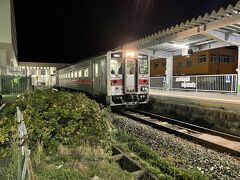 コンビニに買い出しに行こうと歩いていくと、20:11発の幌延行きの普通列車が出発行くところでした。
