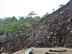 屋島の山上に日本書紀にも記されている屋嶋城と呼ばれた古代山城があります。  今はわずかな範囲の石垣だけ復元されていますがもともとの城壁は山上を全長7kmに渡ってめぐらしていたそうです。