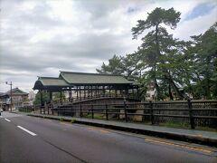 金刀比羅宮に向かう途中あった鞘橋 刀の鞘のような形をした屋根のある珍しい浮橋で、今の橋は明治の初めに再建されたもの。 一般の通行は禁止されていて、例大祭などの神事の際だけ使用されるそうです。