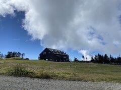 山頂に戻り乗ってきたリフトを眺める  子どもが駆け巡っている  ハイジとペーターだな  なんて優雅な時間