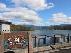 そして、東川町の市街地を過ぎてしばらく行くと大きなダム湖があります。忠別ダムにできた人造湖です。立ち寄った時に撮影する時間がなかったので、実はこれは2019年のほぼ同じ時季の写真です。