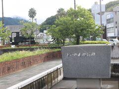 駅前には大和田建樹の記念碑もあります。 大和田は「汽笛一声新橋を~♪」で始まる鉄道唱歌を作曲した人です。  国鉄時代は電車のアナウンスは最初にアレンジしたこの曲が流れて、その後車掌さんが「まもなく、○○に到着します」というのが定番でした。